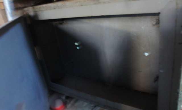 Металлический шкафчик закрывающ