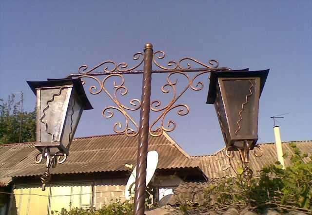 Фонарные столбы, кованые ограждения