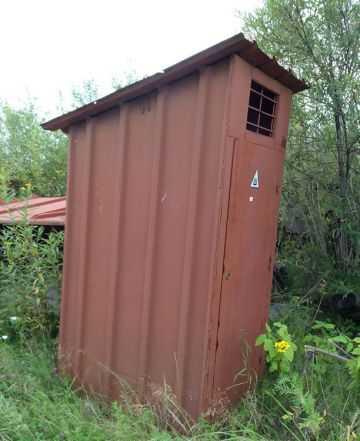 Туалет из металла с встроенным замком