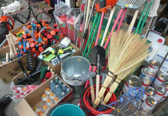 Лопаты, грабли, метла, известь, мешки, краска