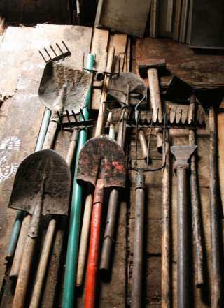 Лопаты, грабли, вилы и другие дачные инструменты